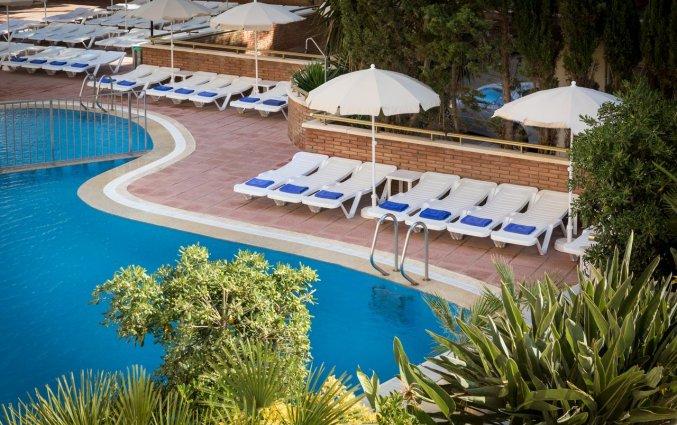Zwembad en ligbedden van Hotel Top-HRoyal Sun in Santa Susanna