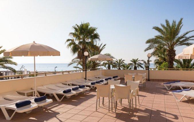 Terras met buitenmeubels van Hotel Top-HRoyal Sun in Santa Susanna