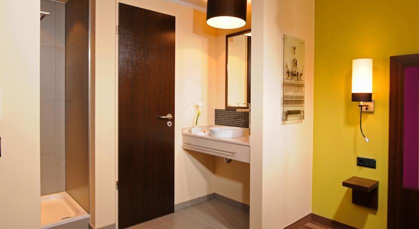 Badkamer van een tweepersoonskamer van Hotel Leonardo in Berlijn