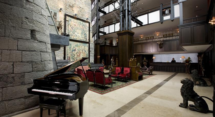 Lounge met piano van Hotel Clontarf Castle in Dublin