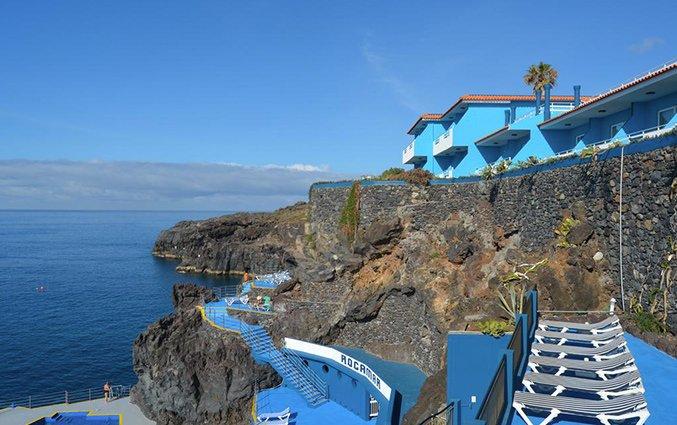 Uitzicht op de rotsen van Hotel Roca Mar op Madeira