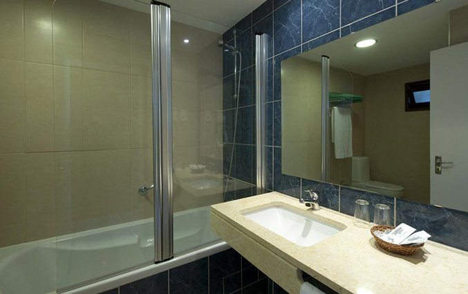 Badkamer van een tweepersoonskamer van Hotel Roca Mar op Madeira
