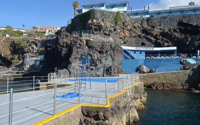 Zwembad en vooraanzicht van Hotel Roca Mar op Madeira