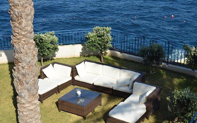 Zithoek buiten van Hotel Roca Mar op Madeira