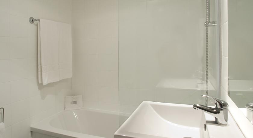 Badkamer van een tweepersoonskamer van Hotel Clip Gaia Porto in Porto