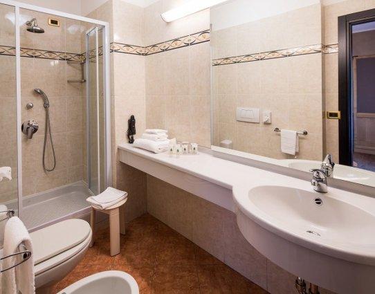 Badkamer van een tweepersoonskamer van Hotel Best Western Luxor in Turijn