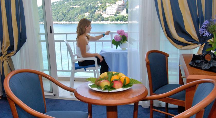 Zithoek en balkon van een tweepersoonskamer van Hotel Vis in Dubrovnik