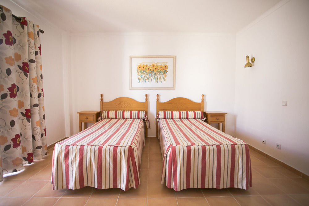 Kamer met twee losse bedden in Appartementen Mirachoro 2