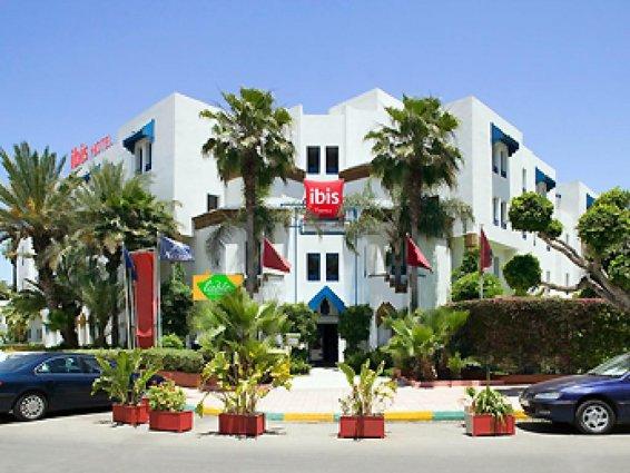 Gebouw en tuin van Hotel Ibis in Fez