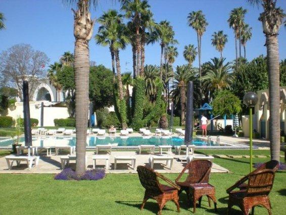 Tuin met zwembad en zonneterras van Hotel Ibis in Fez