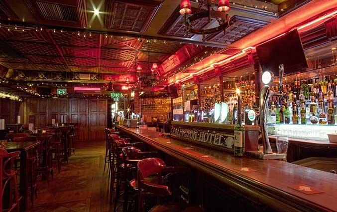 Bar van hotel Arlington O'Connell Bridge in Dublin
