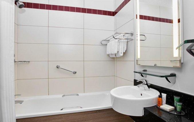 Badkamer van een tweepersoonskamer van hotel Garden Inn Dublin Custom House in Dublin