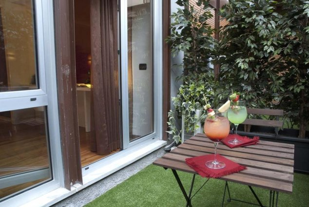 Drankjes in de tuin van Hotel Qualys Nasco Milaan