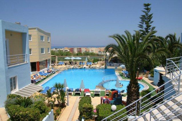 Zwembad met boom van appartementen Furtura vakantie Kreta