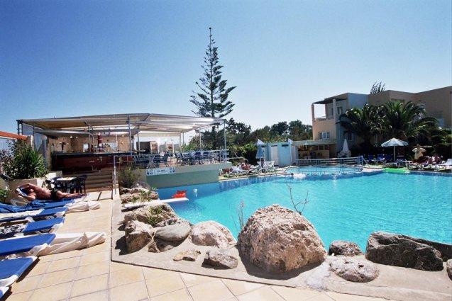 Buitenzwembad met ligbedjes van appartementen Furtura vakantie Kreta