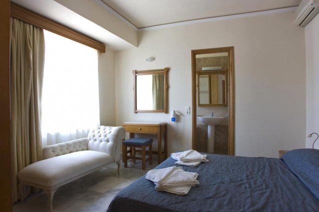 Tweepersoonskamer met bed en sofabank van appartementen Furtura vakantie Kreta