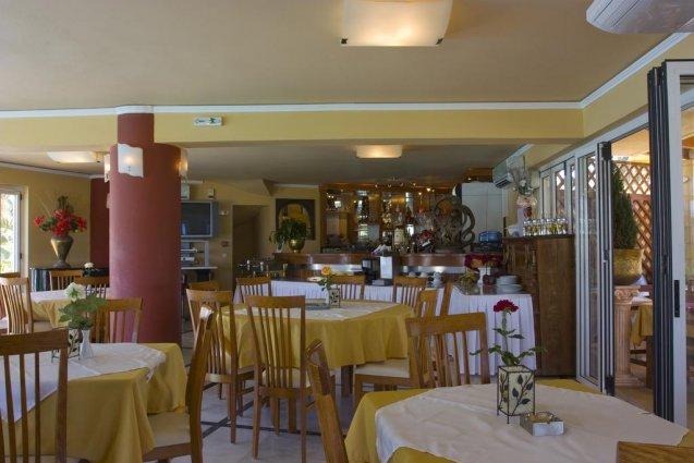 Binnen zitgedeelte bij restaurant van appartementen Furtura vakantie Kreta