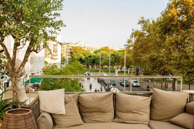 Zitgedeelte op het terras van Hotel Oasis in Barcelona