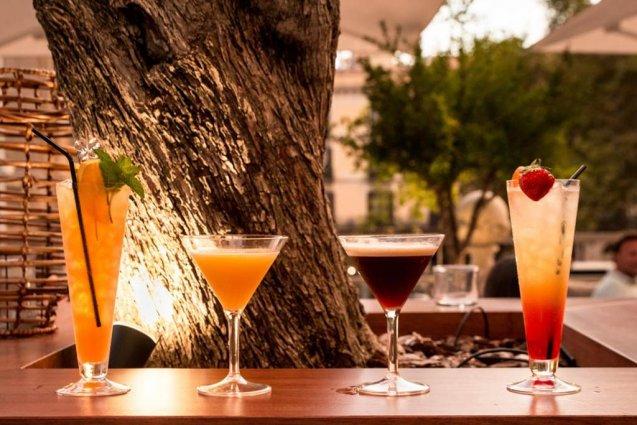 Cocktails aan de bar van Hotel Oasis in Barcelona