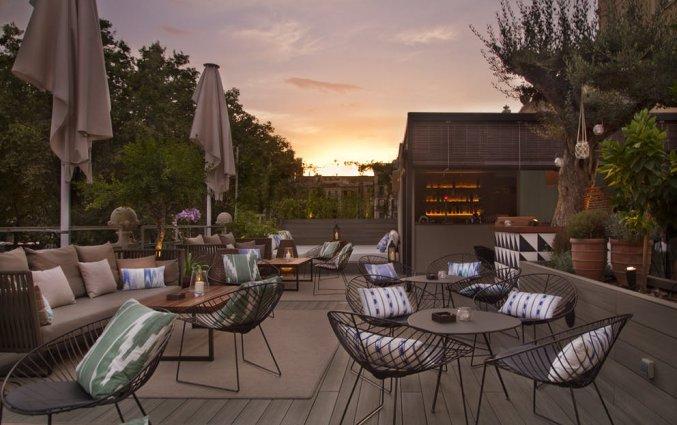 Zitplaatsen op het terras van Hotel Oasis in Barcelona