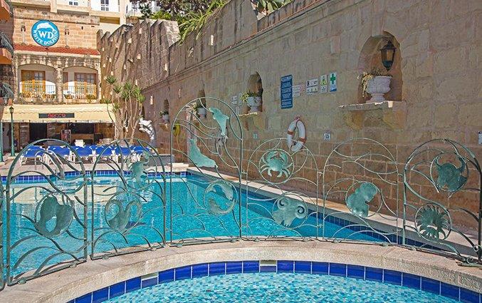 Zwembad met kinderbad White Dolphin Holiday Complex op Malta