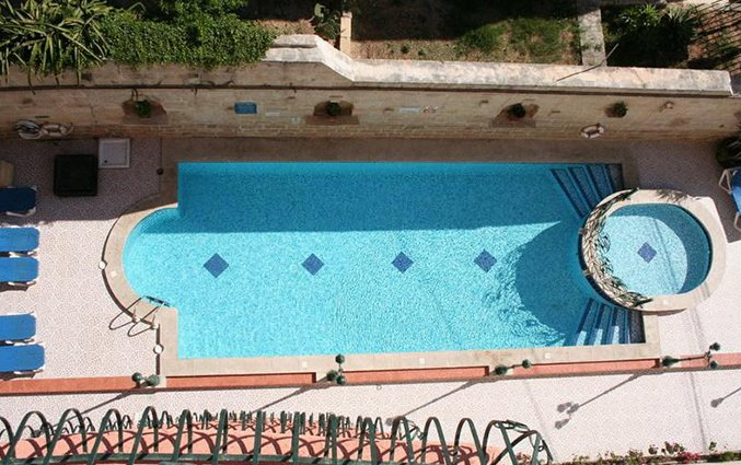 Zwembad vanaf boven White Dolphin Holiday Complex op Malta
