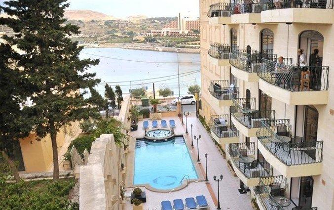 Zwembad en balkons van White Dolphin Holiday Complex op Malta