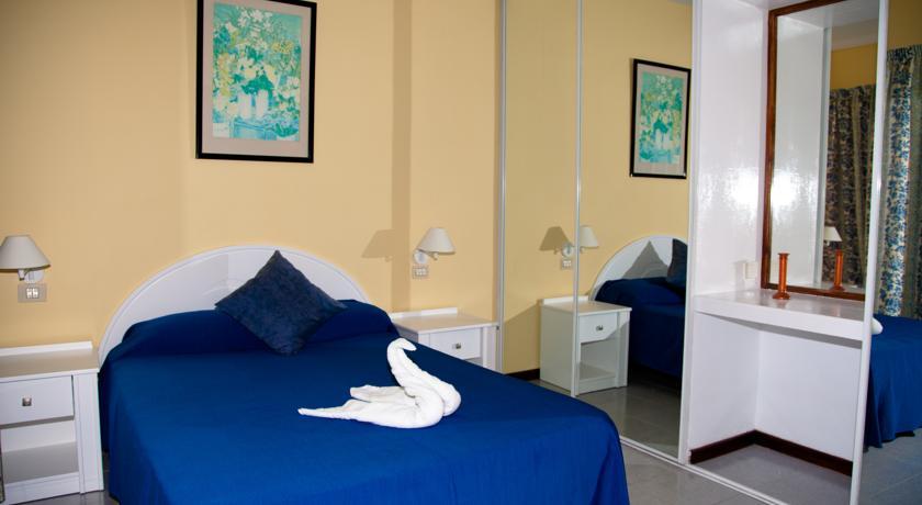 Een bed van een appartement van Appartementen Vigilia Park Tenerife