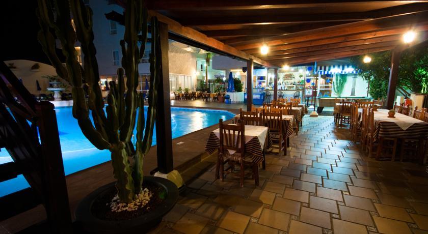 Zwembad met tafels van Appartementen Vigilia Park Tenerife