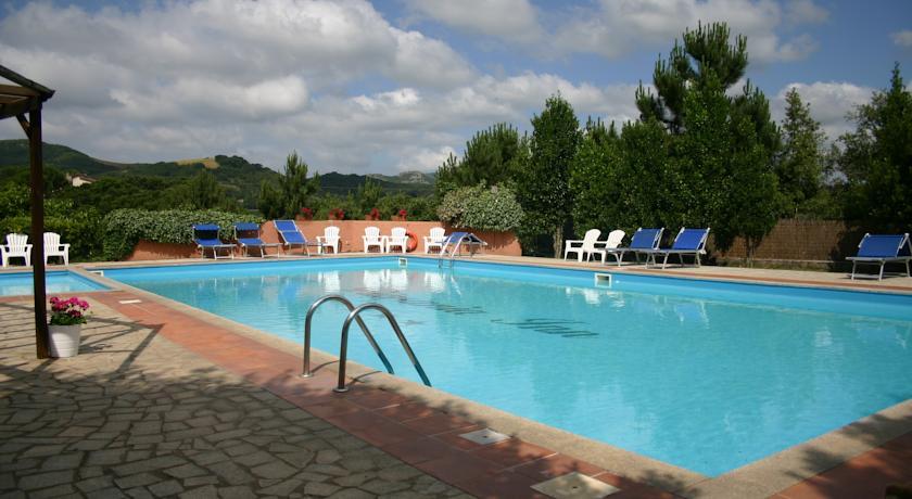 Zwembad en tuin van Hotel Pausania Inn op Sardinie