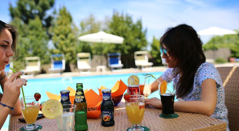 Terras en zwembad van Hotel Pausania Inn op Sardinie