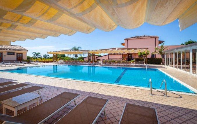 Zwembad van Hotel La Terra dei Sogni op Sicilie