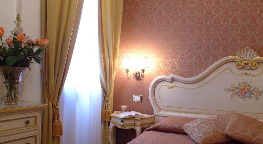 Kamer met close-up van de gordijnen van hotel Apostoli Palace stedentrip Venetië