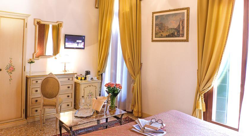 Tweepersoonskamer met welkomstchampagne van hotel Apostoli Palace stedentrip Venetië