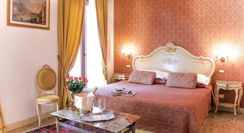 Tweepersoonsbed in kamer van hotel Apostoli Palace stedentrip Venetië