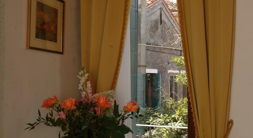 Raam in een kamer van hotel Apostoli Palace stedentrip Venetië