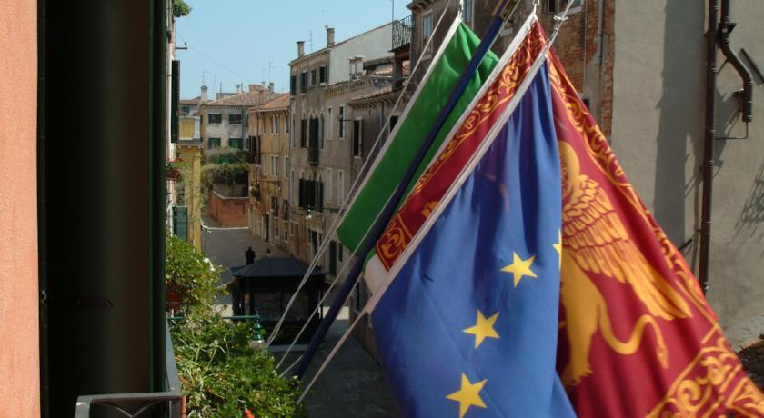 Vlaggen van landen van hotel Apostoli Palace stedentrip Venetië