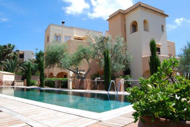Buitenkant met zwembad van Playa Ferrera zonvakantie Mallorca