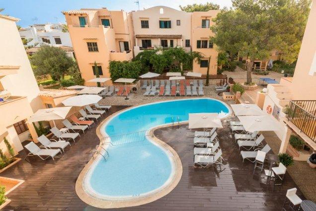 Zwembad met ligbedjes van Playa Ferrera zonvakantie Mallorca