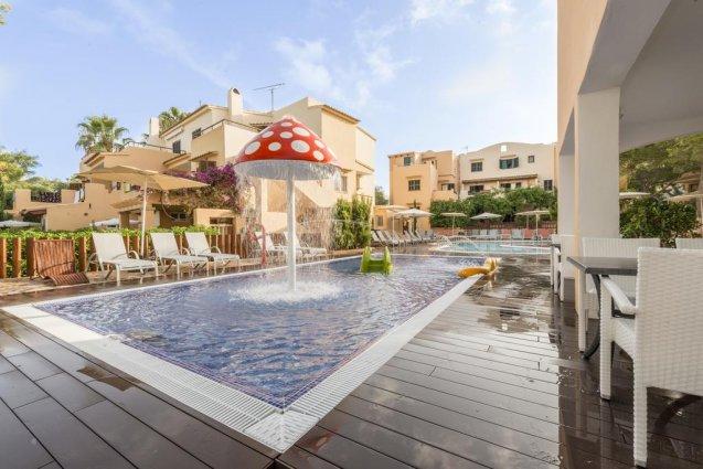 Zwembad met kinderspalsh van Playa Ferrera zonvakantie Mallorca