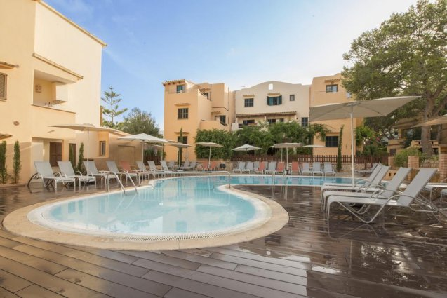 Zwembad met links en rechts ligbedjes van Playa Ferrera zonvakantie Mallorca