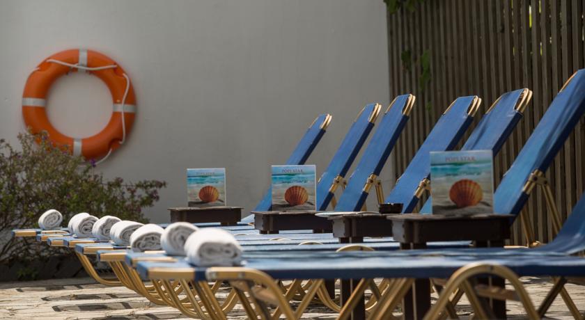 Ligbedden bij het zwembad van Hotel Popi Star op Corfu