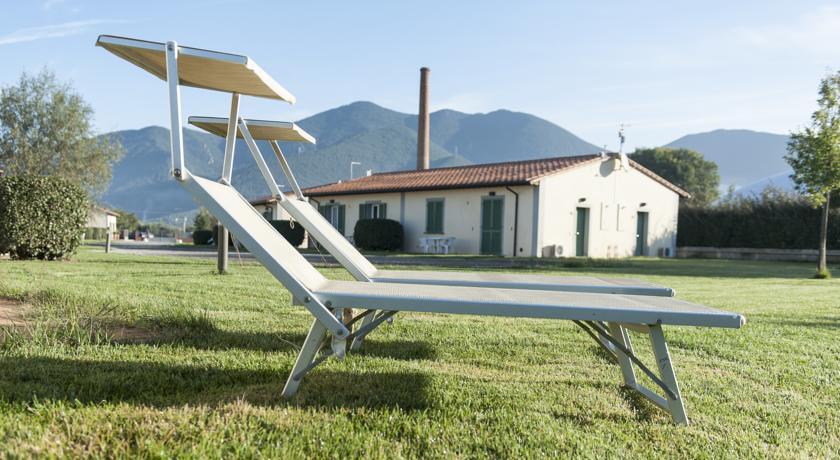 Ligstoel in tuin van Resort Eden Park in Toscane