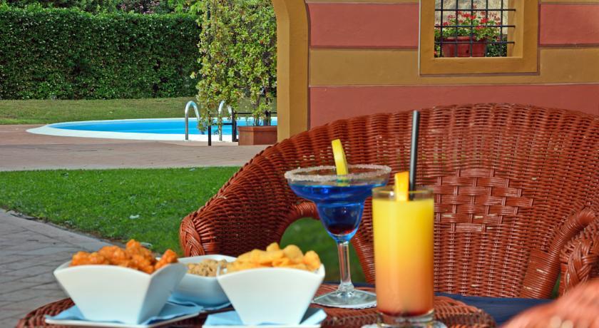 Zwembad en terras van Hotel Calamidoro Toscane