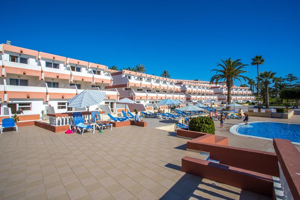 Zonneterras aan het zwembad van Hotel Club Almoggar Garden Beach in Agadir