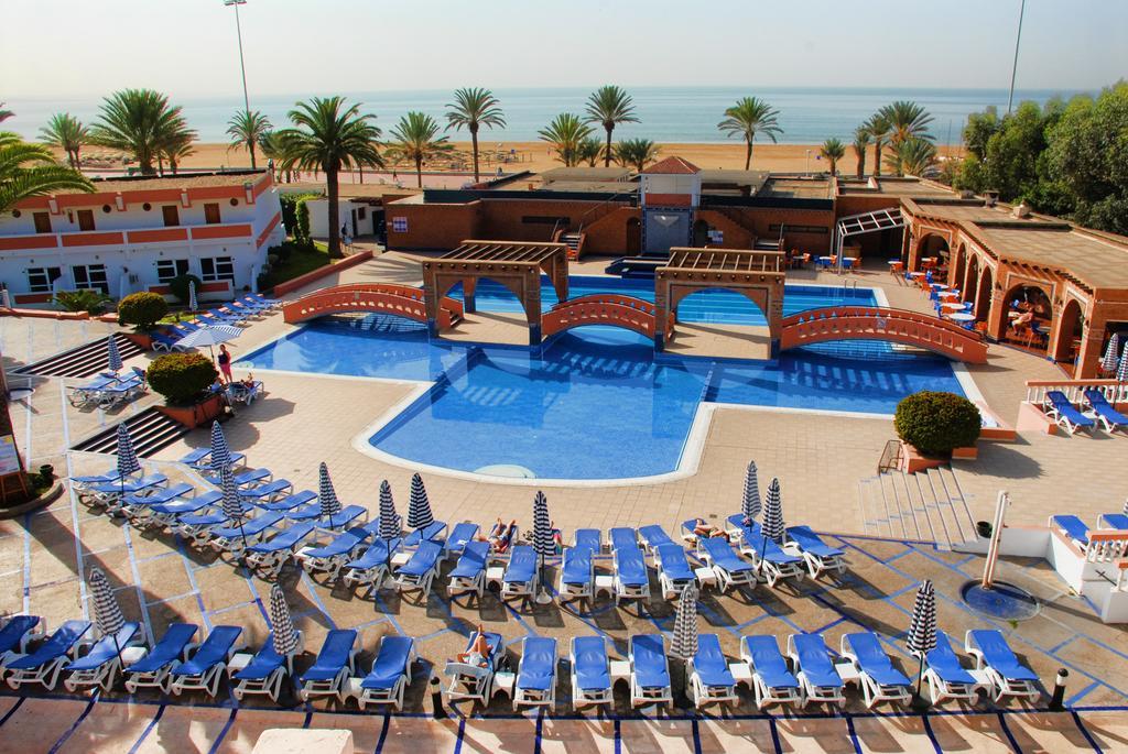 Buitenzwembad met zonneterras van Hotel Club Almoggar Garden Beach in Agadir
