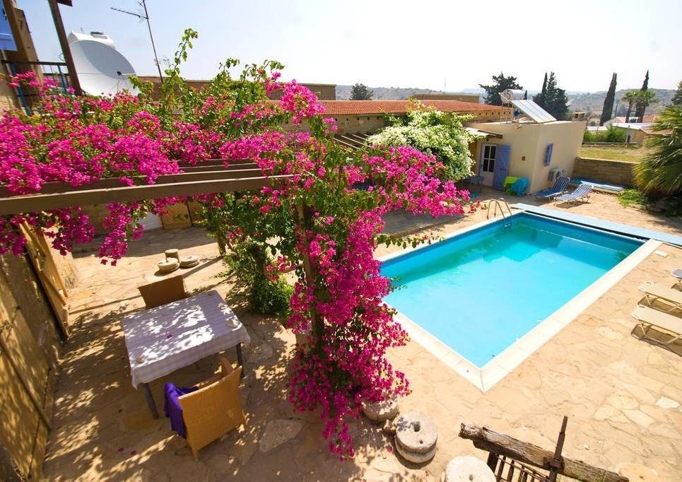 Terras en zwembad van Appartementen Cyprus Village
