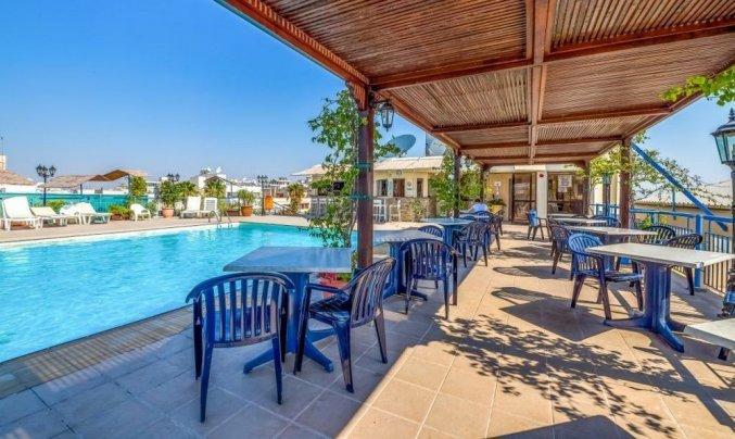 Zonneterras met zwembad van Appartementen Atrium Zenon Larnaca Cyprus