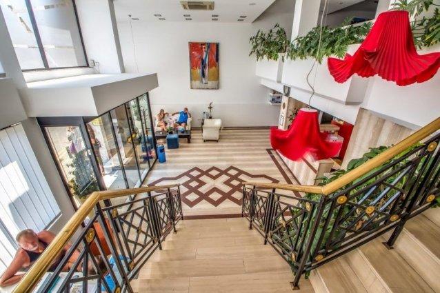 Lobby en trap van Appartementen Atrium Zenon Larnaca Cyprus
