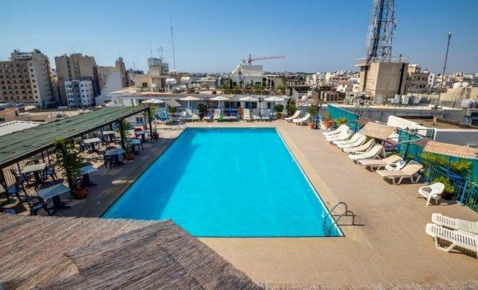 Zwembad met zonneterras van Appartementen Atrium Zenon Larnaca Cyprus